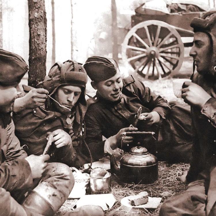 1944 г. Обед советских танкистов во время привала. Фото: Ольга ИГНАТОВИЧ/waralbum.ru