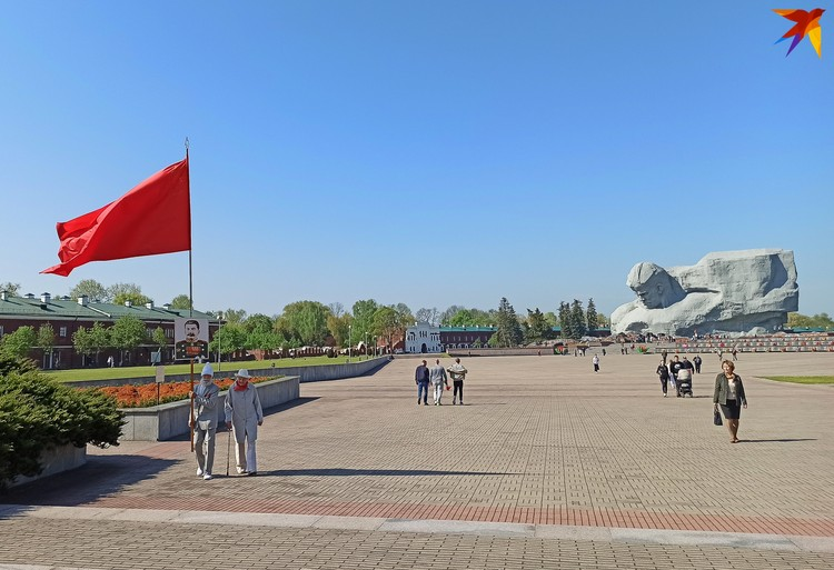 Кажется, что людей в крепости немного, потому что они рассредоточились по большой территории мемориала.