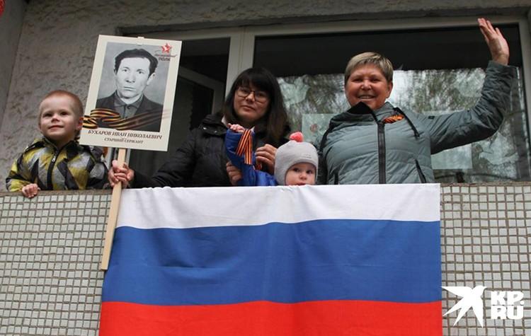 Праздник 9 мая на одном из балконов Иркутска.