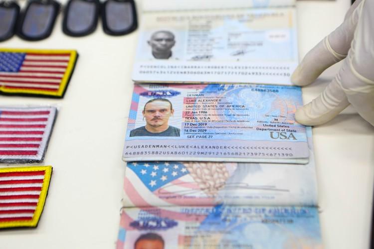 Американские документы, которые нашли у задержанных.