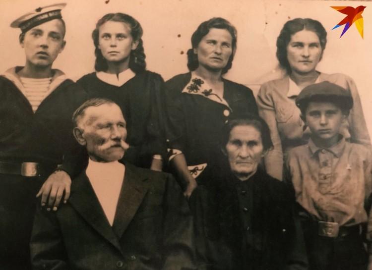 Юный Арик с дедушкой и бабушкой (нижний ряд), с мамой, тетей, сестрой и двоюродным братом (верхний ряд). Фото: личный архив.
