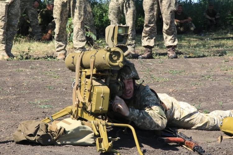 Украинский солдат прекрасно видел, куда летела управляемая им ракета. Фото: Пресс-центр штаба ООС