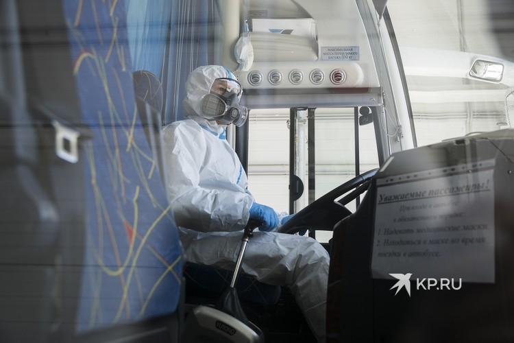 Во время обработки водитель находится внутри в защитном костюме