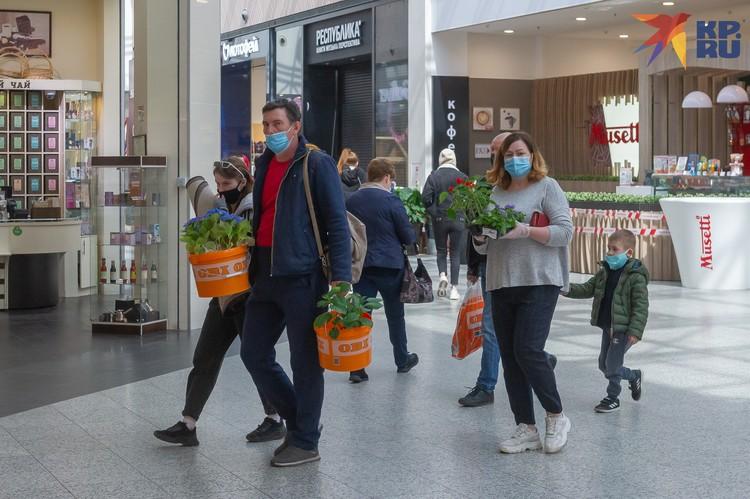 Сегодня люди идут за покупками с самого утра