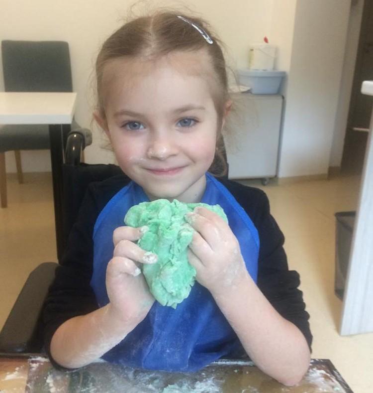 Болезнь полностью парализовала девочку всего за три дня, но пока еще все можно полностью восстановить, если найдутся средства на реабилитацию