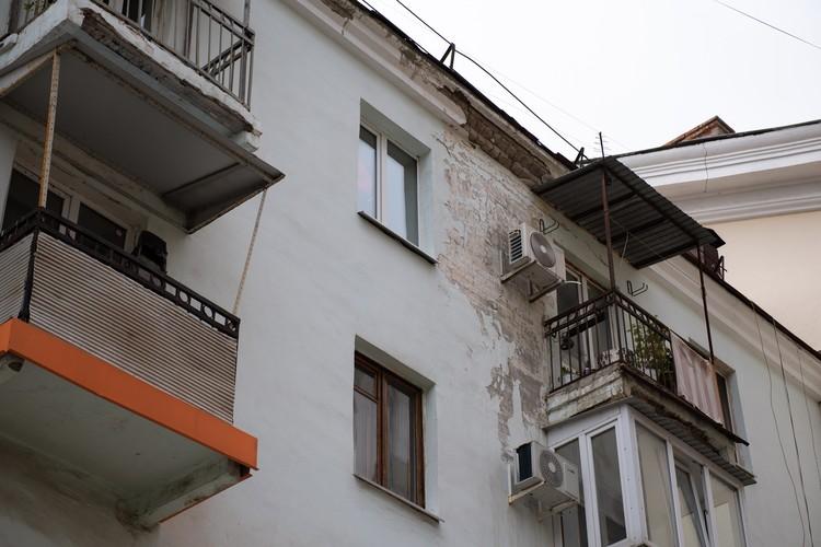 Жильцы уверяют - дом крепкий, только фасад кое-где немного облупился