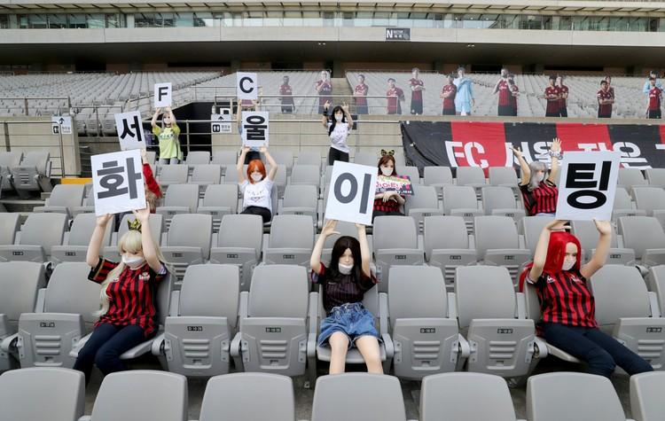 Клуб «Сеул» тут же принес извинения своим болельщикам, заявив, что это не секс-куклы а высококачественные манекены. Но оправдываться было уже поздно, поскольку все видели рекламные плакаты секс-игрушек, которые повесили их изготовители на презентации пере