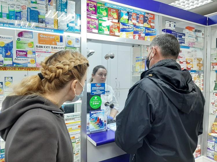 Неудобно, жарко, не слышно - таких отговорок в документах нет. Маски в помещениях должны носить все, уж особенно в аптеке.