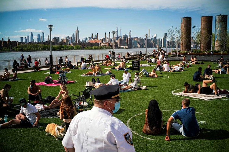 """В Нью-Йорке для желающих понежиться на солнце нарисовали """"круги безопасности""""."""