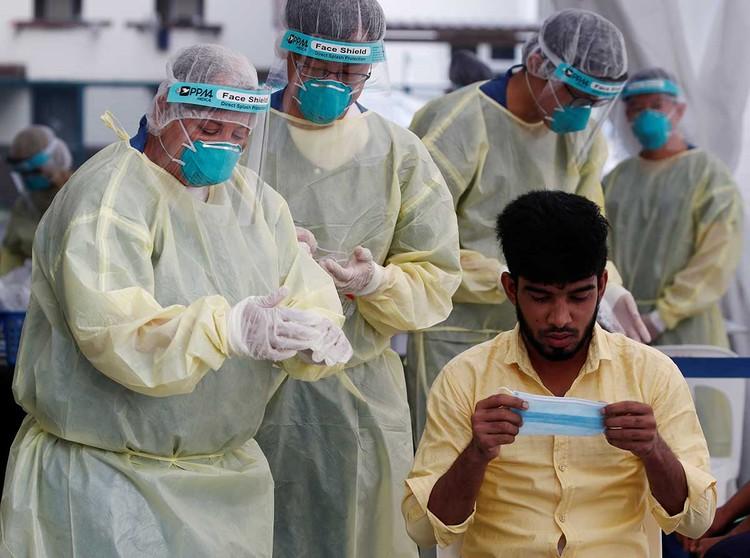 Тестирование на коронавирус мигрантов в Сингапуре.
