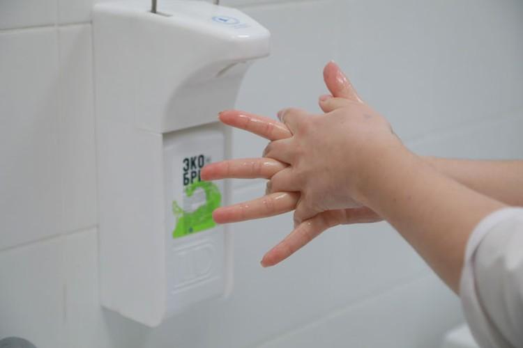 На территории ТЦ установлены санитайзеры для дезинфекции рук.