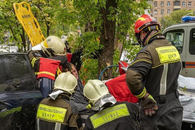 Спасатели вынимают из искореженного автомобиля пострадавшего. Фото: Департамента ГОЧС и ПБ Москвы