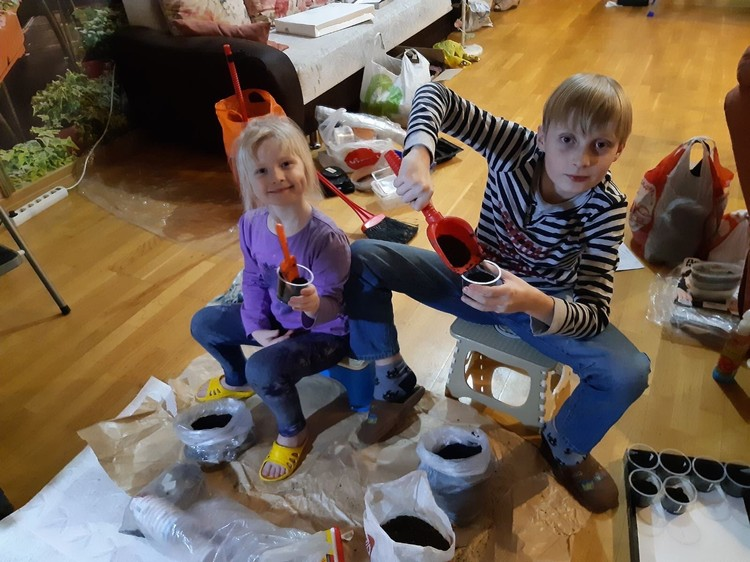 Дети разделяют увлечение папы. Помогали ему высаживать ивы в сквере: носили воду, поливали и даже копали ямки для саженцев.