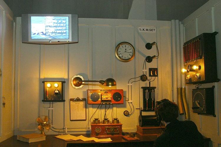 """Воссозданная радиорубка """"Титаника"""" с оборудованием Маркони в помещении музея."""