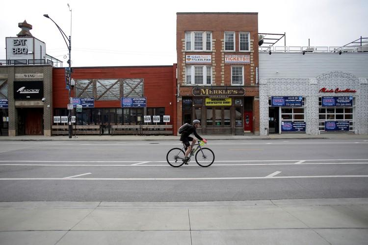 В крупных городах США по-прежнему режим самоизоляции. На фото - пустая улица в Чикаго.
