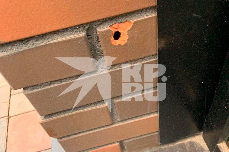 Пули попали в стену дома
