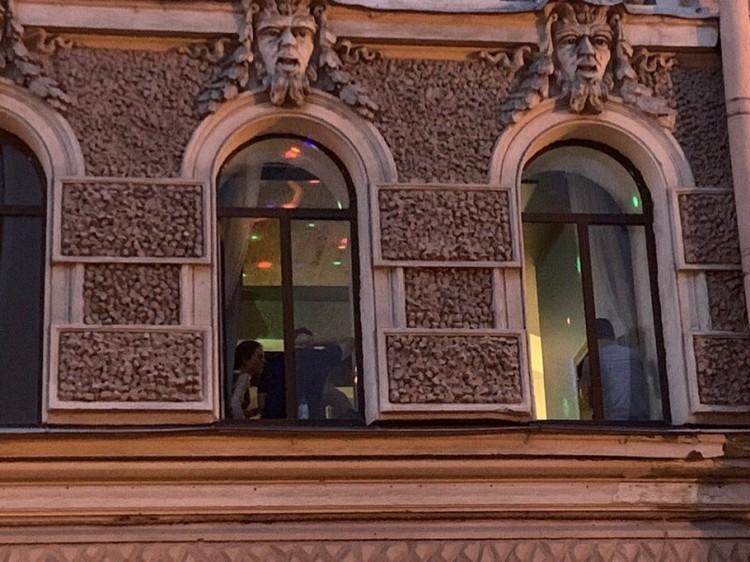 Окна квартиры Севы в Петербурге во время вечеринки для коллег