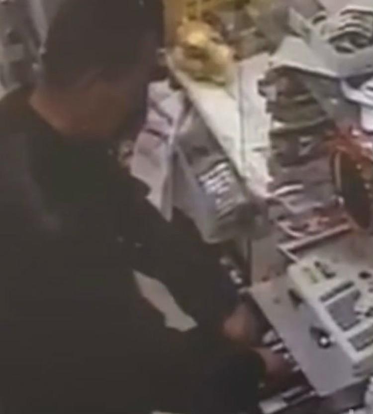 Момент ограбления попал на камеры видеонаблюдения. Фото: ГУ МВД России по Иркутской области