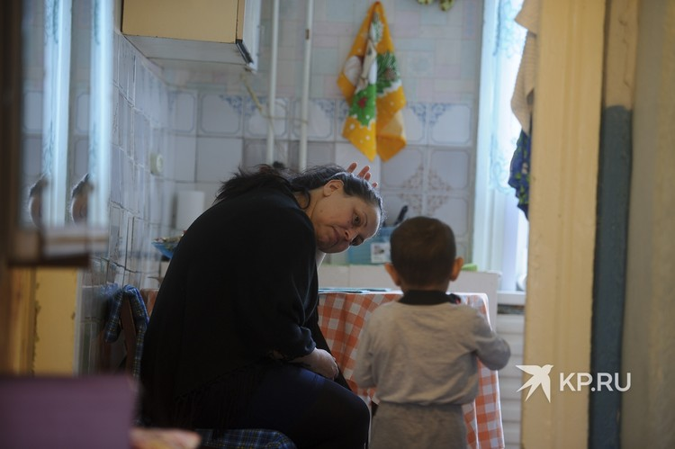 Сейчас Елена снимает двухкомнатную квартиру в Серове.
