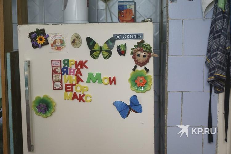 На холодильнике Елена сложила имена своих детей магнитиками.