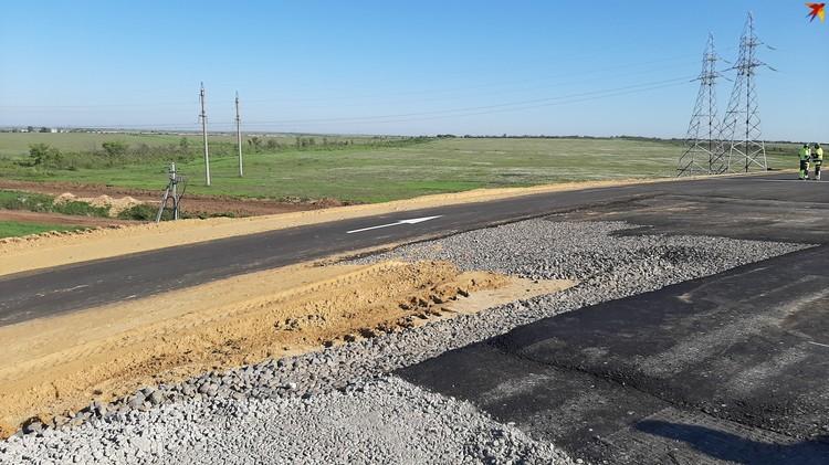 Насыпь будущей трассы готова, сейчас делают выравнивающий слой из щебня и начинают укладку асфальта