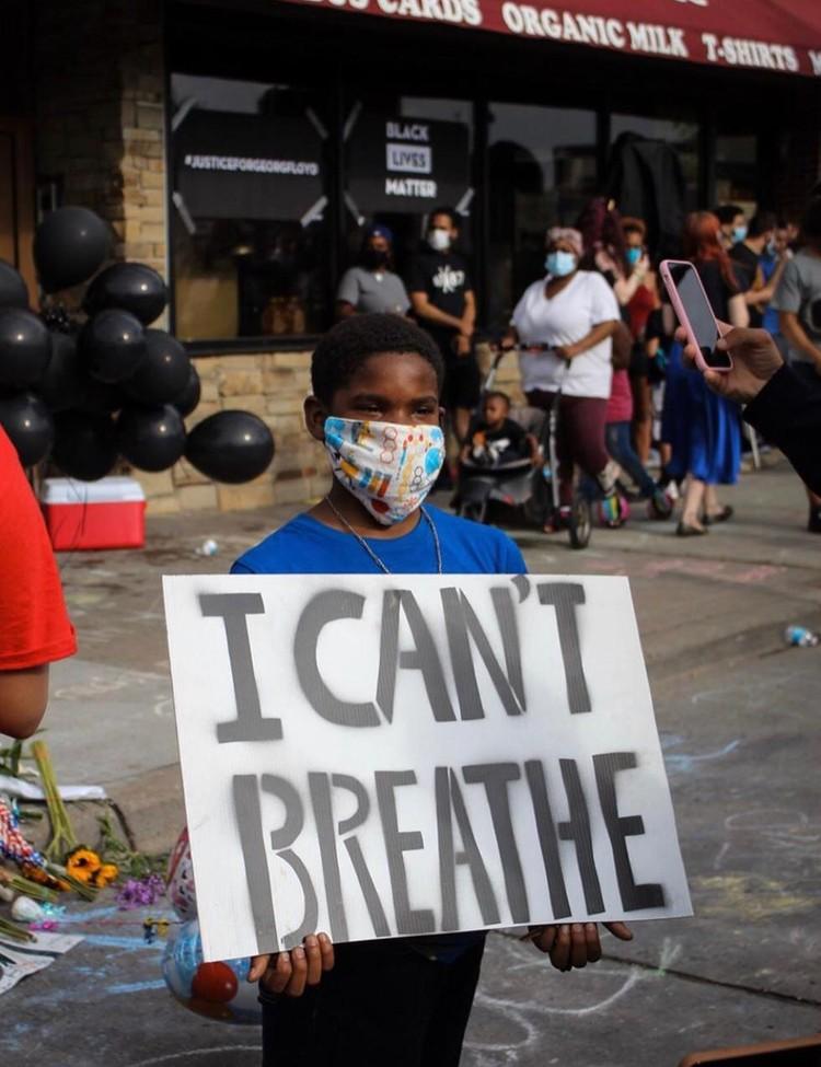 На протестах активисты движения держали в руках плакаты с фразами «Я не могу дышать» и «Я задыхаюсь»