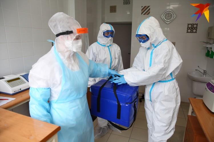 Контактная группа передает образцы крови в лабораторию для проведения экспресс-тестов.
