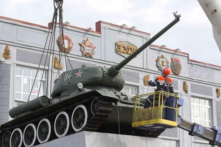 Специалисты готовятся к демонтажу танка. ФОТО: Денис Рассохин