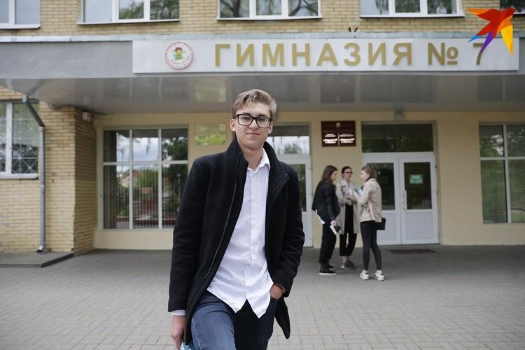 Роман говорит, что за границу поступать готов только после высшего образования в Беларуси. Так в семье решили
