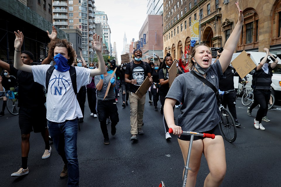 В Нью-Йорке местная «демократическая» администрация, в отличие от соседей, не стала закрывать город Фото: REUTERS