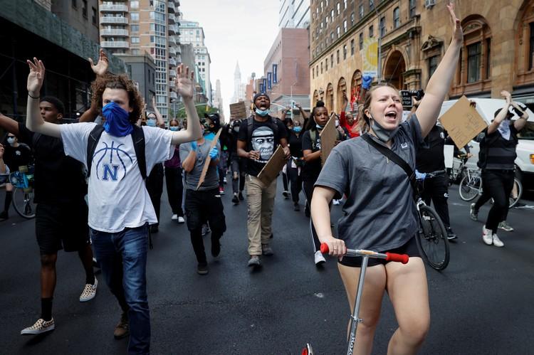 В Нью-Йорке местная «демократическая» администрация, в отличие от соседей, не стала закрывать город