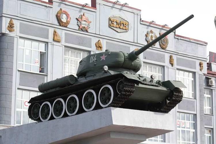 Легендарный Т-34 прошел войну, потерял два экипажа. А накануне 75-летия Победы обзавелся шестью пернатыми танкистами. ФОТО: Денис Рассохин.