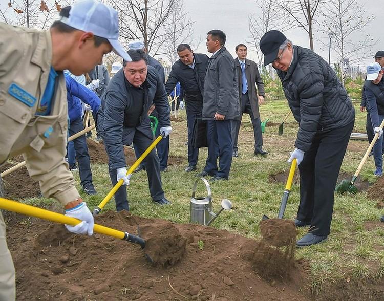 Президент Казахстана Касым-Жомарт Токаев на субботнике по озеленению столицы. Фото: Пресс-служба Президента Казахстана