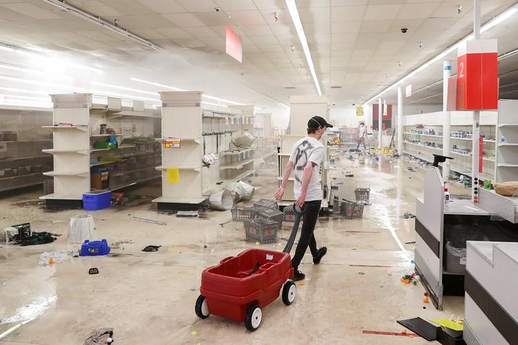 После «посещения» манифестантами супермаркетов, полки остаются пустыми, словно люди запасаются перед новой волной карантина из-за коронавируса.
