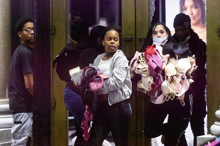 Если уж выходить на митинг, то красивой и при полном параде! Самым ходовым товаром у темнокожих протестанток оказалось нижнее белье популярной фирмы Victoria's Secret.