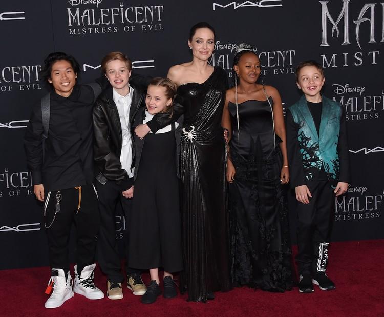 Джоли - многодетная мать: