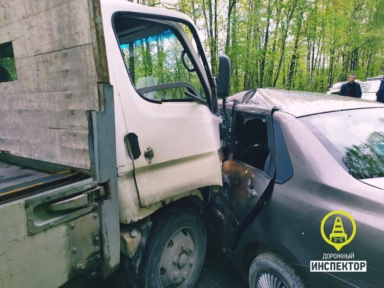 Сильный удар пришелся ровно в пассажира и водителя. Фото: vk.com/dorinspb