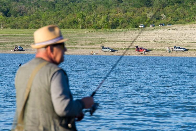 Погодка 6 июня выдалась отличная, и рыбаки решили массово попытать счастья на водохранилище