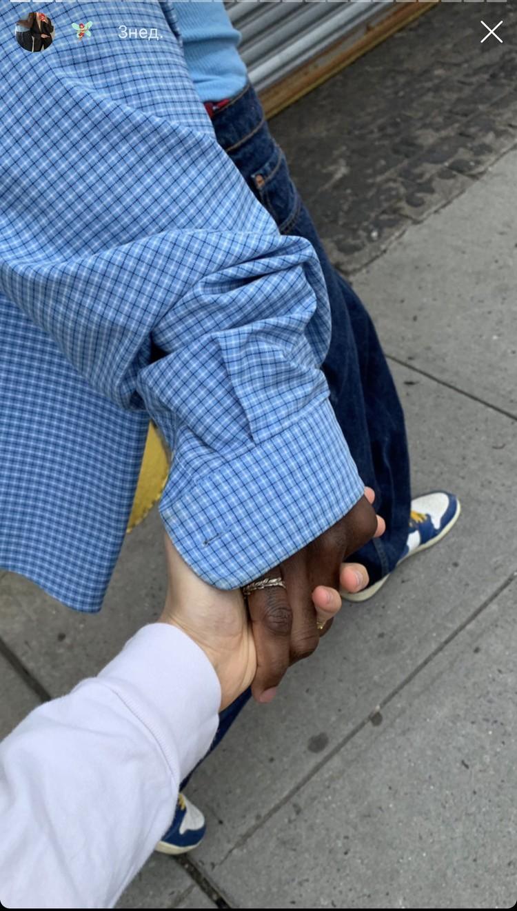 Девушка учится и живет в США, в Нью-Йорке, и уже давно встречается с темнокожим парнем Мусой.
