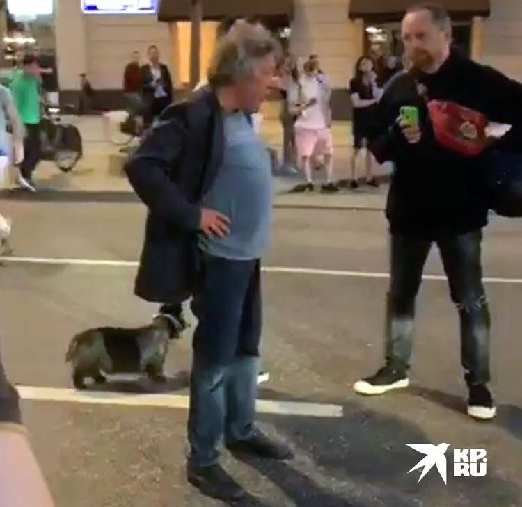 Черный внедорожник, которым управлял актер, вылетел на встречную полосу и врезался в белый фургон. Сам Михаил Ефремов, судя по кадрам с места, не пострадал. Фото: instagram@serg.moto