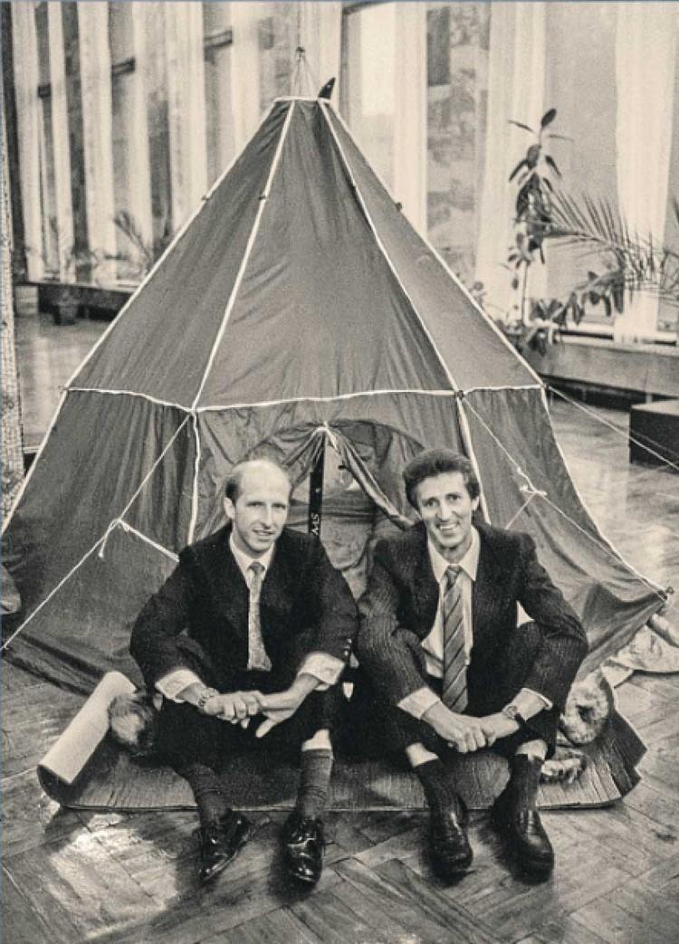 Вебер и Малахов (справа) после возвращения на Большую землю позируют на фоне своей палатки. Фото: Yu.Dyakonov/TASS