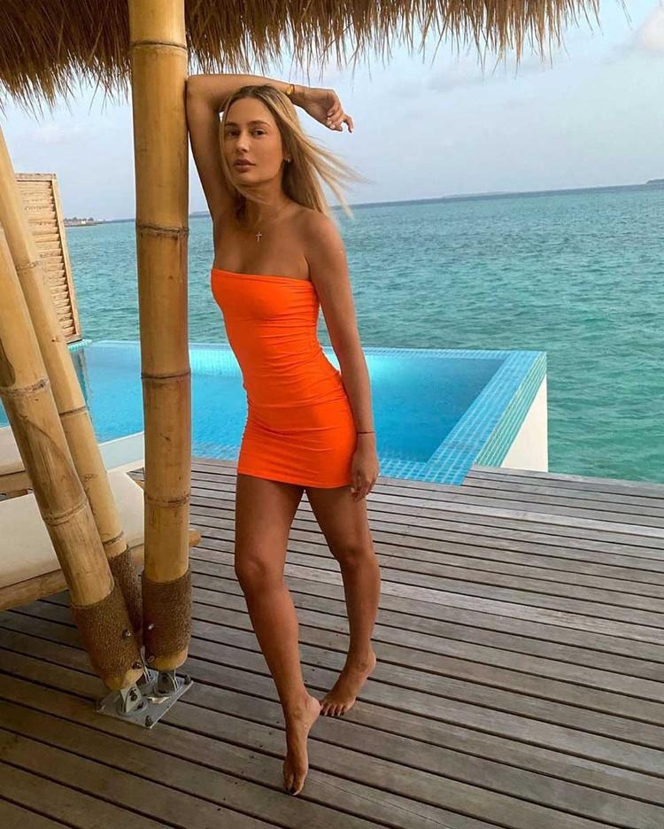 В тренде мини-платья-стрейч, как у Натальи Рудовой.