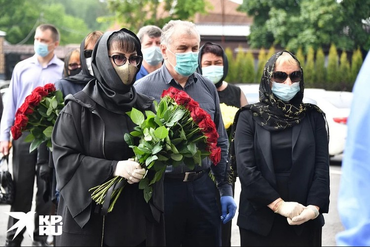 Проститься с Михаилом Михайловичем пришли дочери, бывшие жены и около 15 друзей.