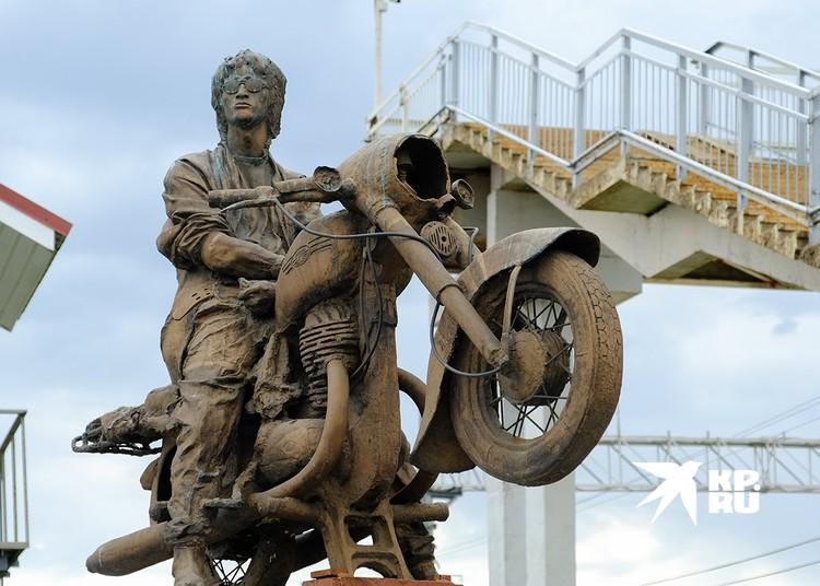 Привокзальный памятник Виктору Цою, восседающему на мотоцикле.