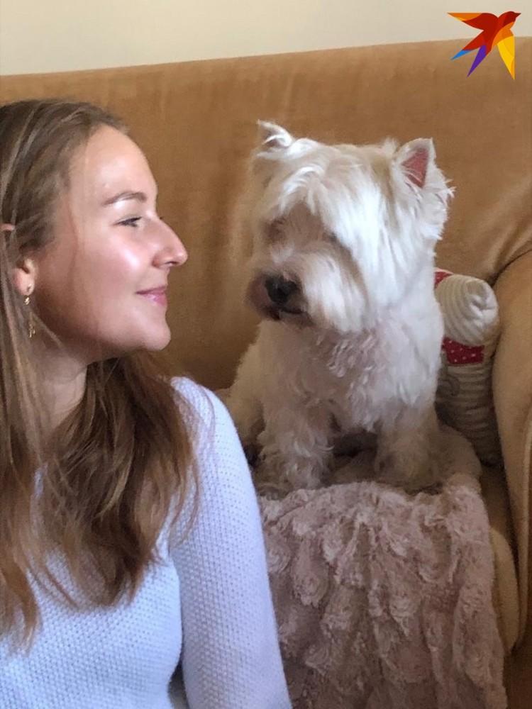 Дочь посла Италии в Беларуси Селина с любимцем семьи Шариком.