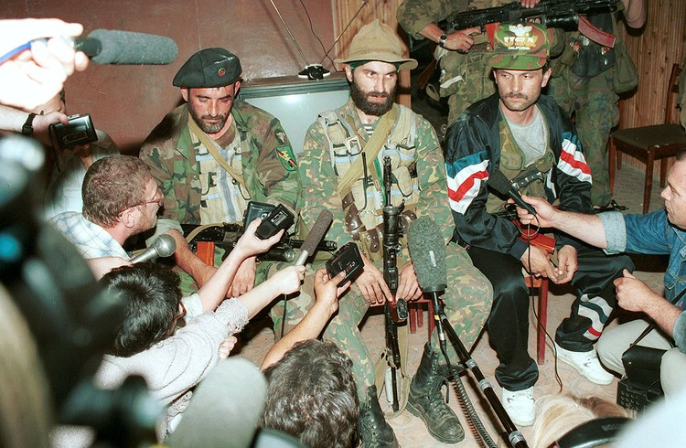 В июне 1995 года чеченские террористы захватили городскую больницу Буденновска и удерживали в ней большую группу заложников. На снимке: руководитель террористов Шамиль Басаев дает пресс-конференцию в буденновской больнице. Фото: Константин Тарусов/ТАСС