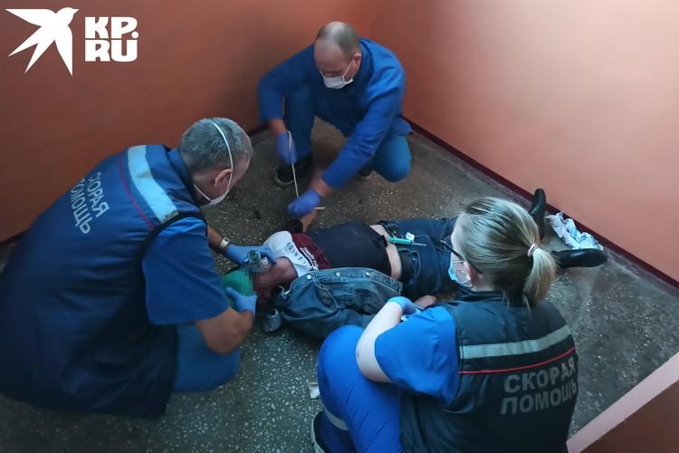 Часто реанимационные мероприятия приходится проводить на месте, чтобы спасти человеку жизнь.