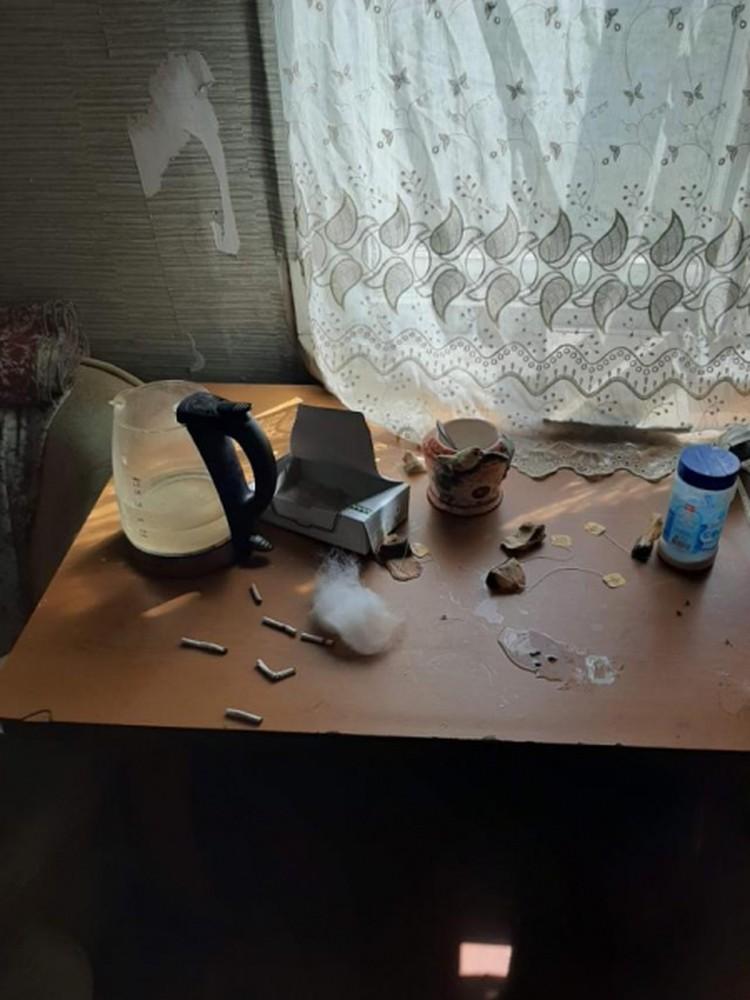 Окурки на столе. Фото: УМВД по ХМАО-Югре