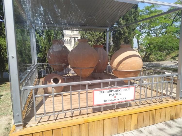 Древние амформы и пифосы выставлены на территории музея-заповедника