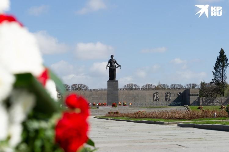 Блокадники от визита на Пискаревку в святой для них день отказались.